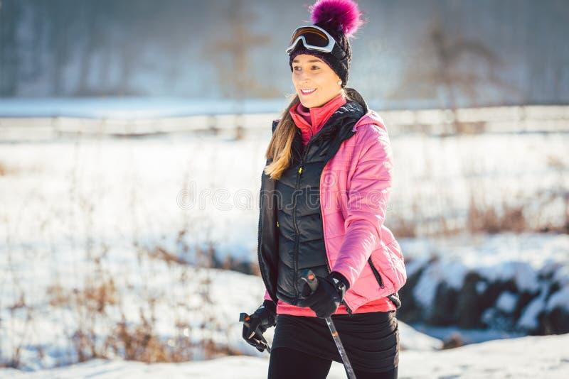 Mujer en el rastro para un alza del invierno imagen de archivo