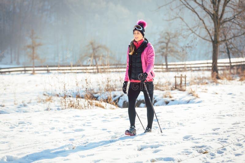 Mujer en el rastro para un alza del invierno foto de archivo
