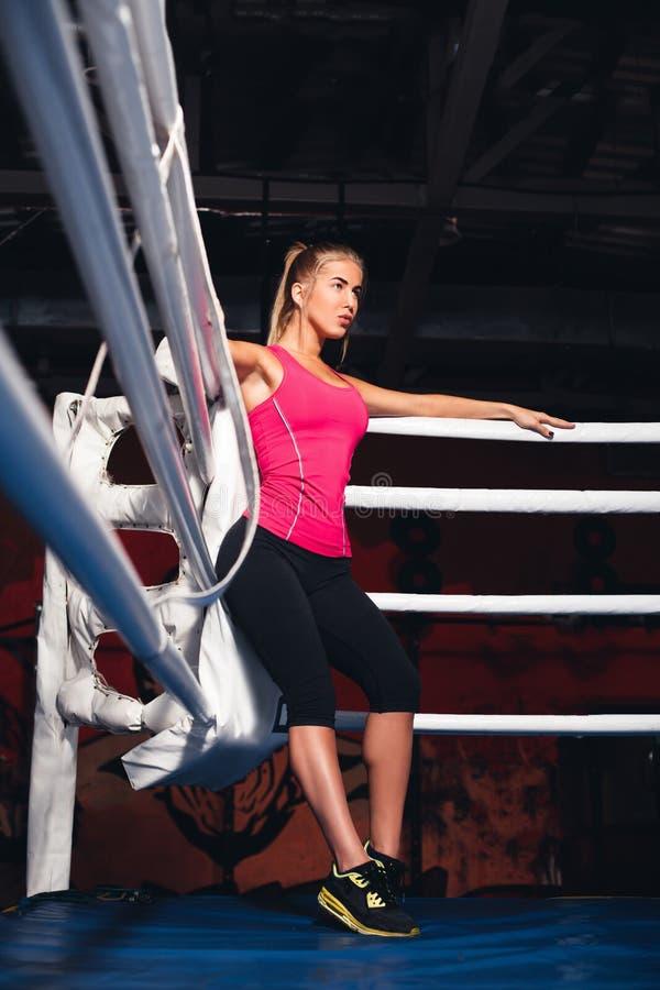 Mujer en el ring de boxeo foto de archivo libre de regalías