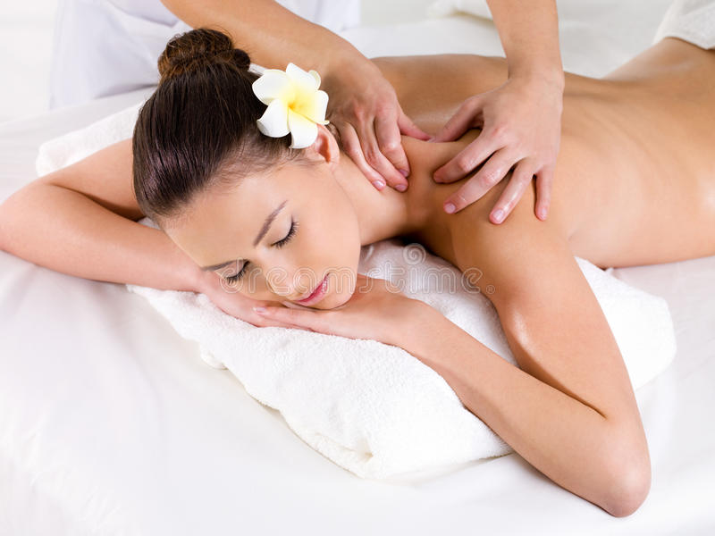 Mujer en el salón de belleza que tiene masaje fotos de archivo libres de regalías