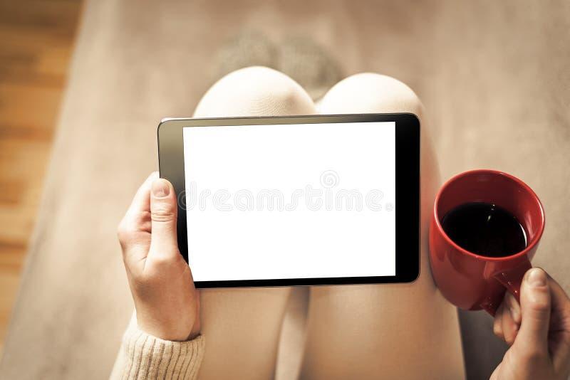 Mujer en el sofá con PC de la tableta imágenes de archivo libres de regalías