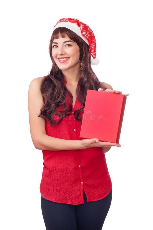 Mujer en el sombrero de santa que sostiene la caja de regalo de la Navidad aislada en blanco con el copyspace Muchacha salida fel imagen de archivo libre de regalías
