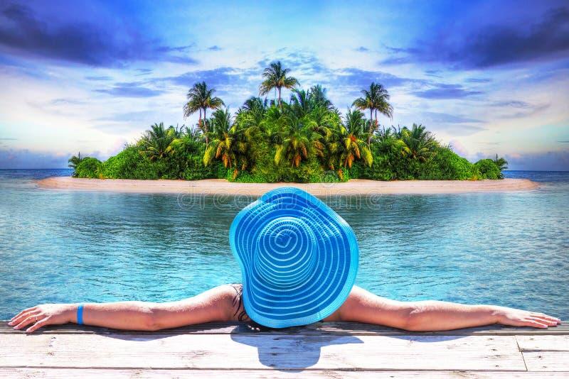 Mujer en el sombrero durante las vacaciones soleadas en la isla de Maldivas foto de archivo