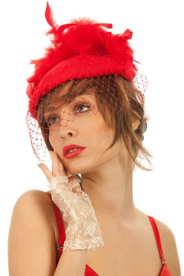 Mujer en el sombrero rojo con el velo neto aislado imagen de archivo libre de regalías