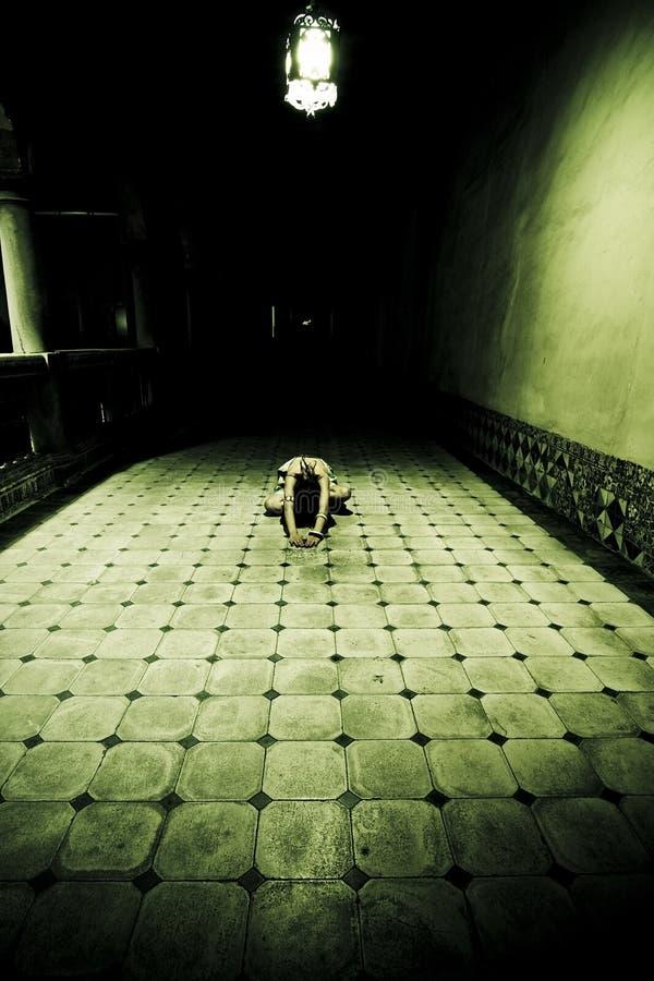 Mujer en el suelo imagen de archivo libre de regalías