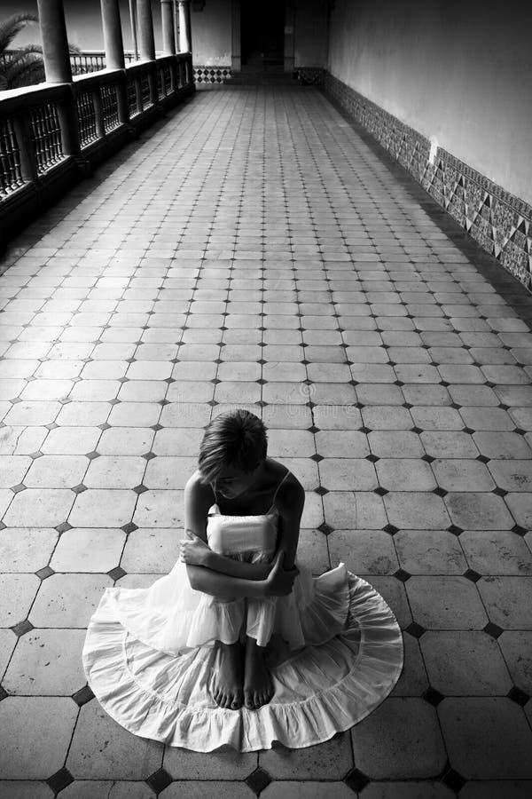 Mujer en el suelo fotografía de archivo libre de regalías