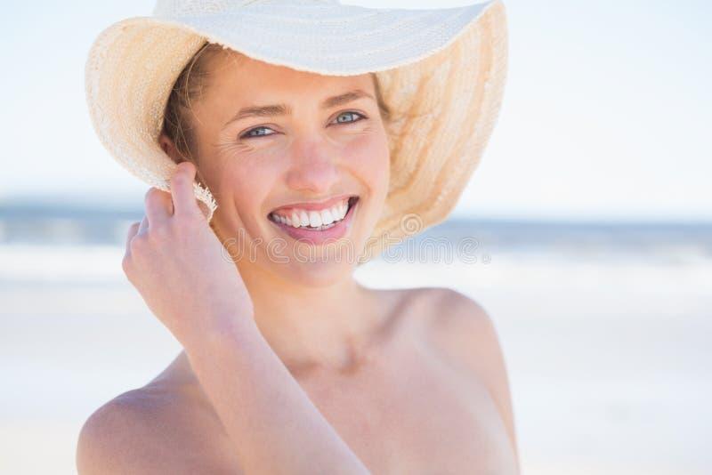 Mujer en el sunhat que mira hacia fuera al mar fotos de archivo libres de regalías