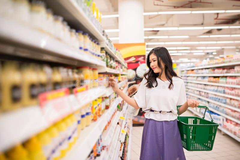 Mujer en el supermercado imágenes de archivo libres de regalías