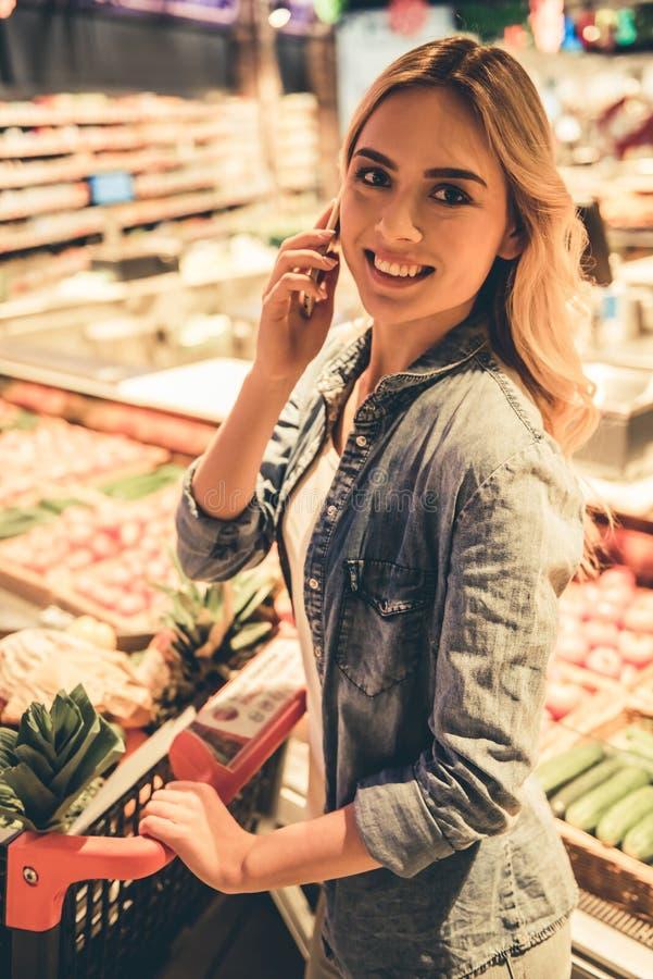 Mujer en el supermercado fotos de archivo