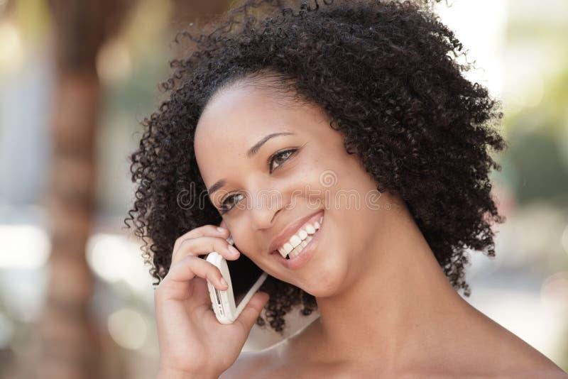 Mujer en el teléfono foto de archivo libre de regalías