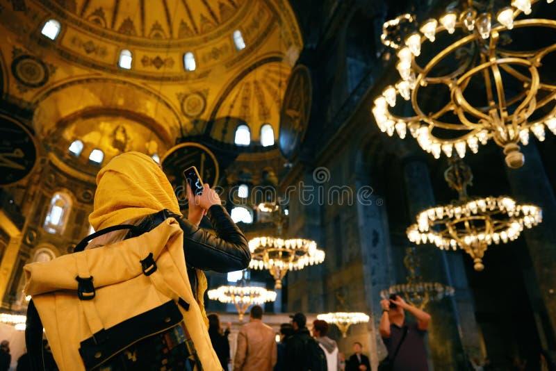Mujer en el teléfono de Hagia Sophia Cathedral Taking Photos On imagenes de archivo