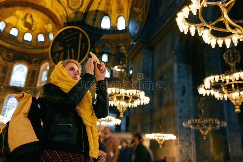Mujer en el teléfono de Hagia Sophia Cathedral Taking Photos On fotografía de archivo libre de regalías