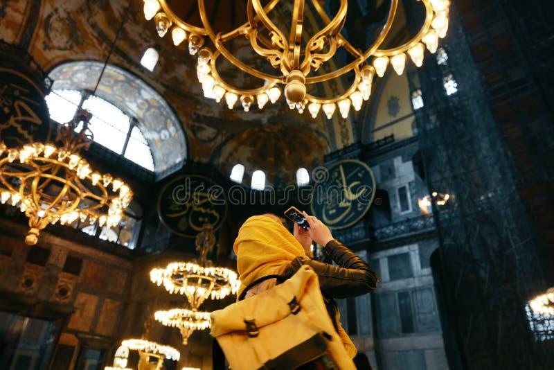 Mujer en el teléfono de Hagia Sophia Cathedral Taking Photos On fotos de archivo