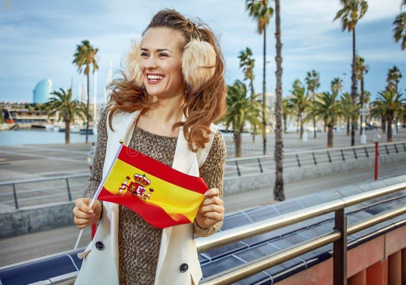 Mujer en el terraplén con la bandera española que mira en distancia imágenes de archivo libres de regalías