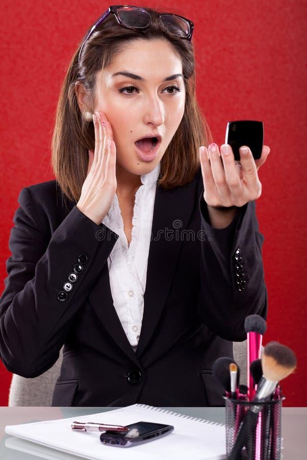 Mujer en el trabajo del maquillaje fotos de archivo