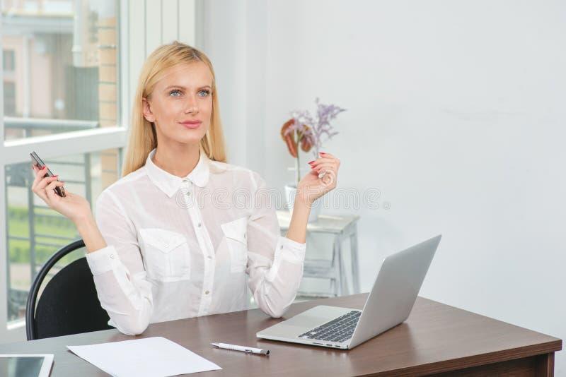 Mujer en el trabajo Mujer de negocios joven y confiada que parece forwar fotografía de archivo libre de regalías