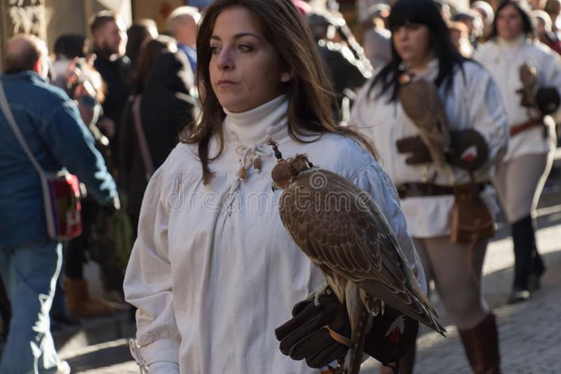 Mujer en el traje medieval que sostiene un halcón en el desfile tradicional del festival medieval de Befana de la epifanía en Flo fotografía de archivo libre de regalías