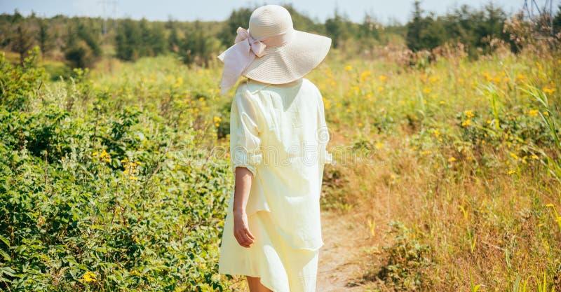 Mujer en el verano, vista posterior foto de archivo