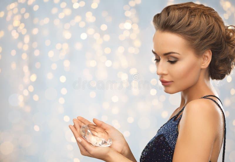 Mujer en el vestido de noche que sostiene el diamante fotos de archivo libres de regalías