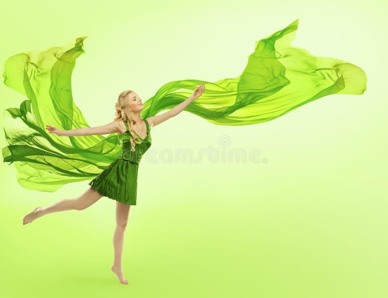 Mujer en el vestido verde, paño que sopla, tela de seda de la chica joven foto de archivo