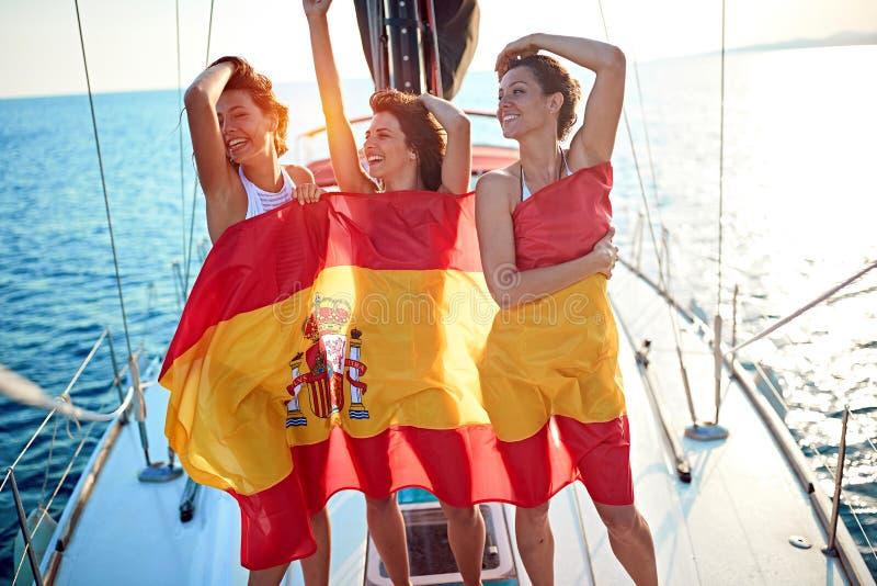 Mujer en el yate en la bandera española que tiene partido de vacaciones foto de archivo libre de regalías