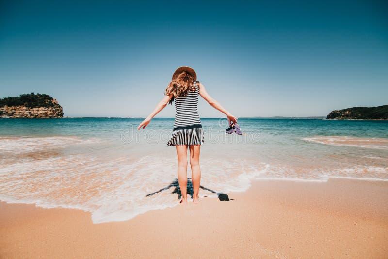 Mujer en ella detrás que entra en una playa australiana hermosa imagen de archivo libre de regalías