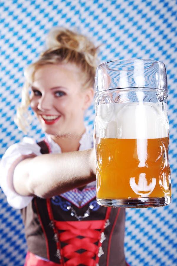 Mujer en equipo bávaro con la cerveza fotos de archivo