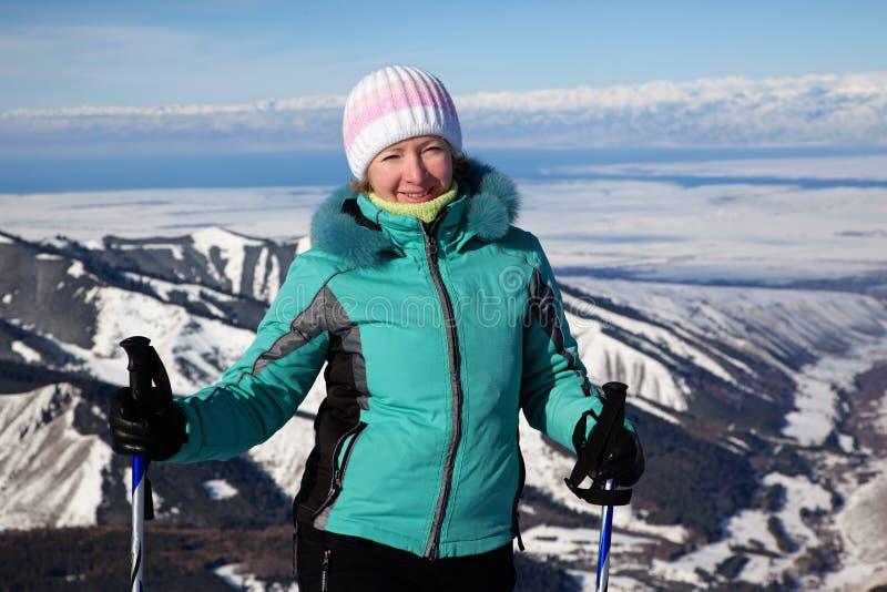 Mujer en estación de esquí fotos de archivo