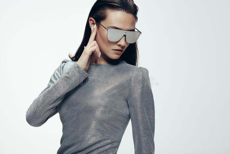 Mujer en estilo futurista fotografía de archivo libre de regalías