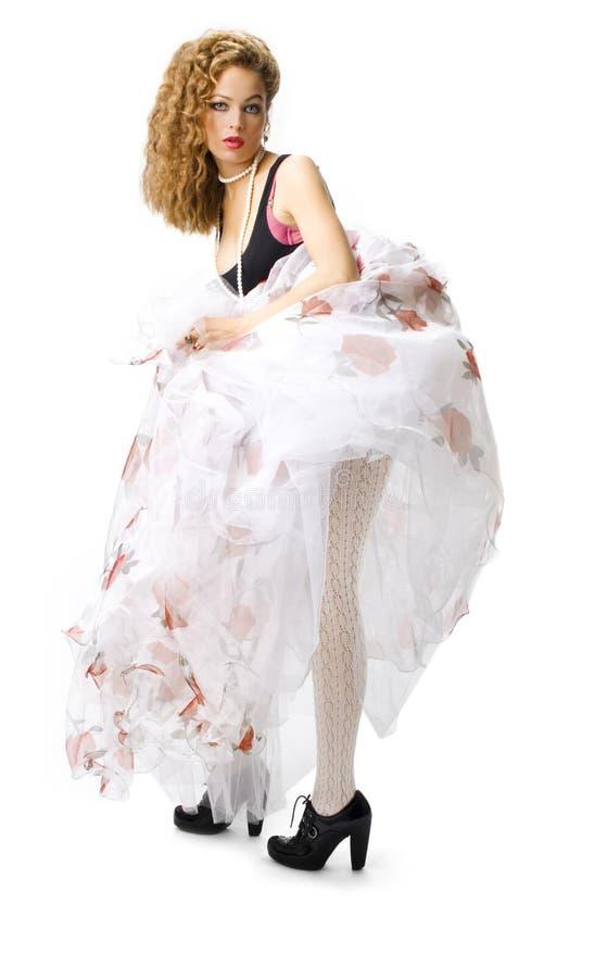 Mujer en falda blanca larga imagen de archivo libre de regalías