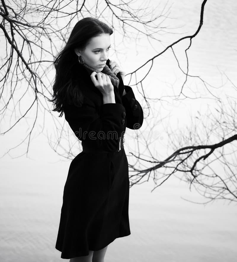 Mujer en fondo de la ramificación del otoño fotos de archivo