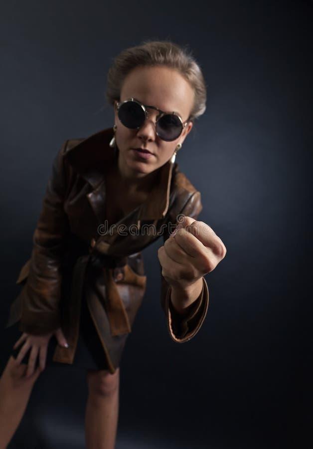 Mujer en gafas de sol, imagen conceptual a propósito de la más domest fotografía de archivo