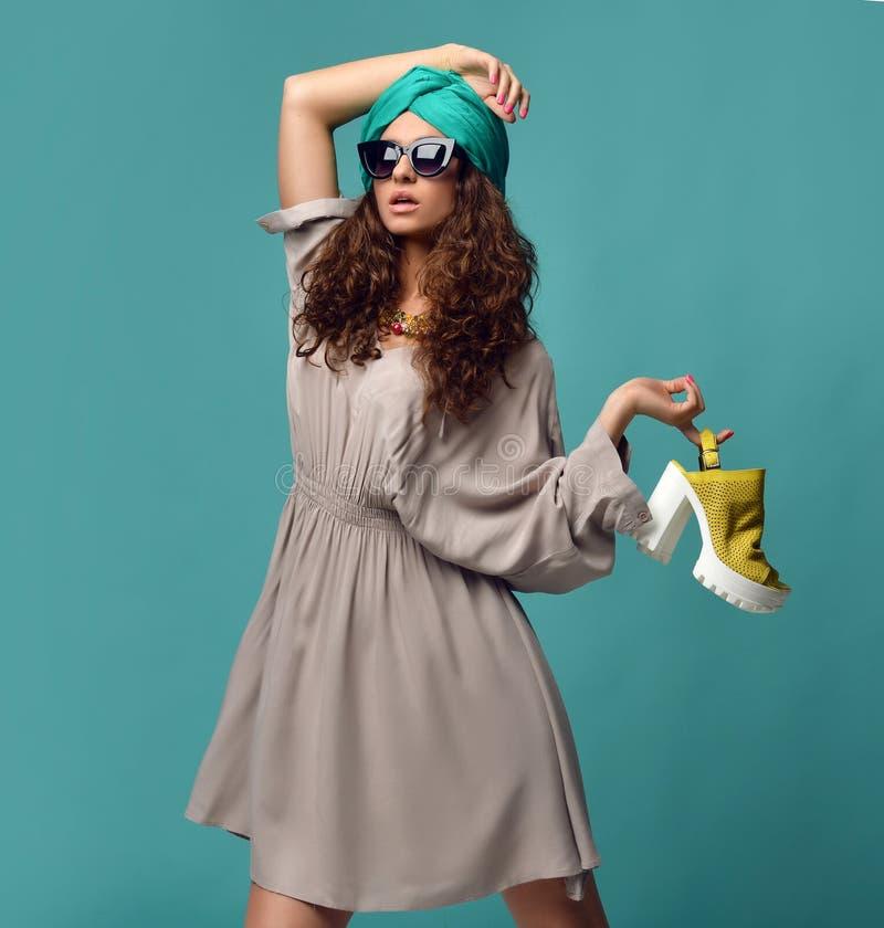 Mujer en gafas de sol modernas de los ojos de gato con el zapato amarillo blanco y n fotos de archivo libres de regalías