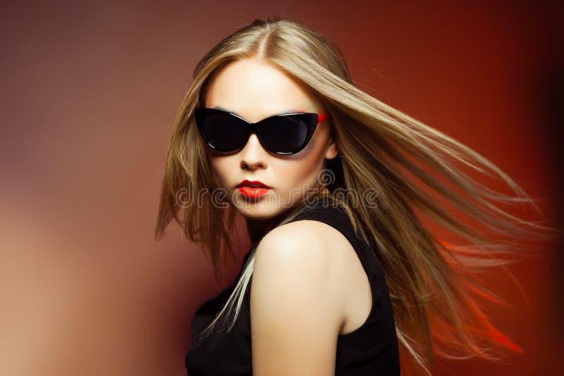 Mujer en gafas de sol, tiro de la moda del estudio. Maquillaje profesional imagen de archivo libre de regalías