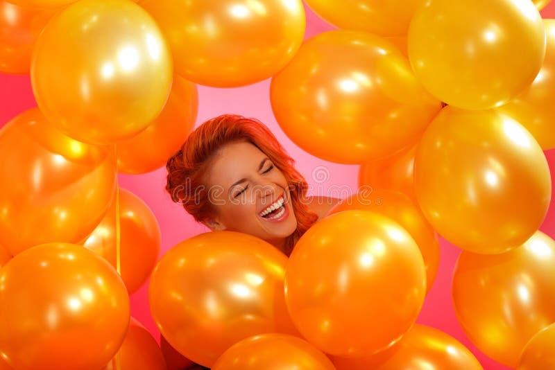 Mujer en globos imagen de archivo