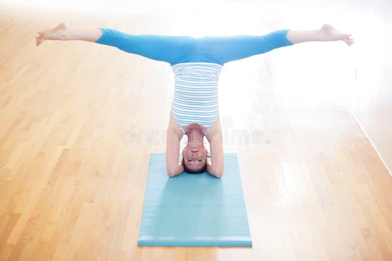 Mujer en Headstand de la yoga fotografía de archivo libre de regalías
