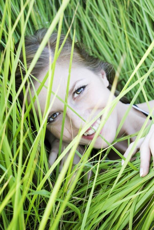 Mujer en hierba foto de archivo libre de regalías