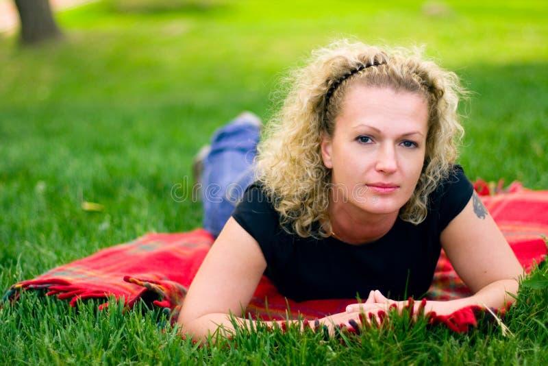 Mujer en hierba verde imagen de archivo
