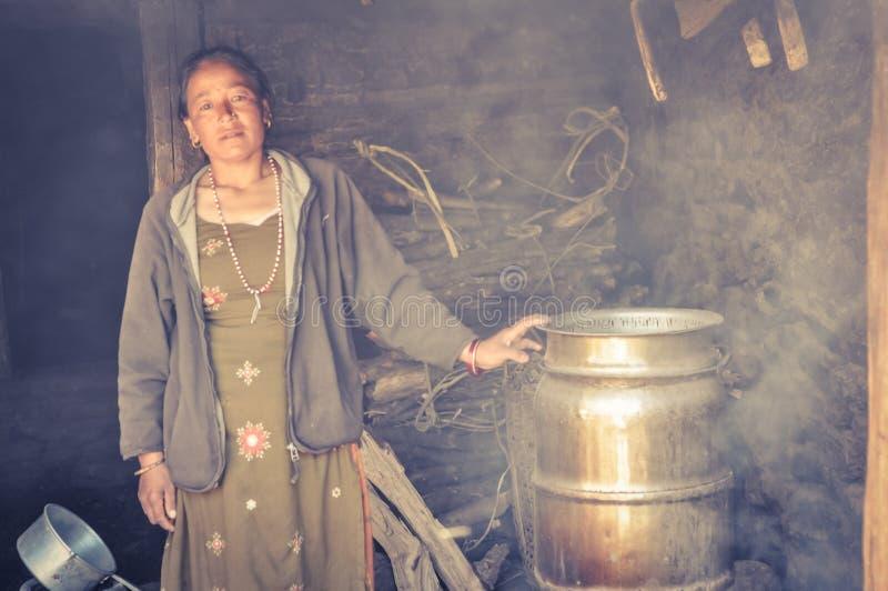Mujer en humo en Nepal fotografía de archivo libre de regalías