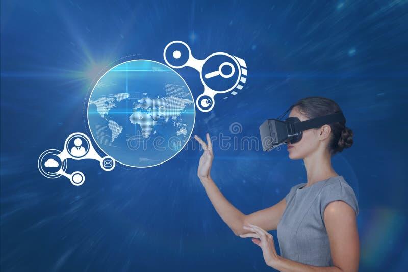 Mujer en interfaz conmovedor de las auriculares de VR contra fondo azul con las llamaradas imagen de archivo