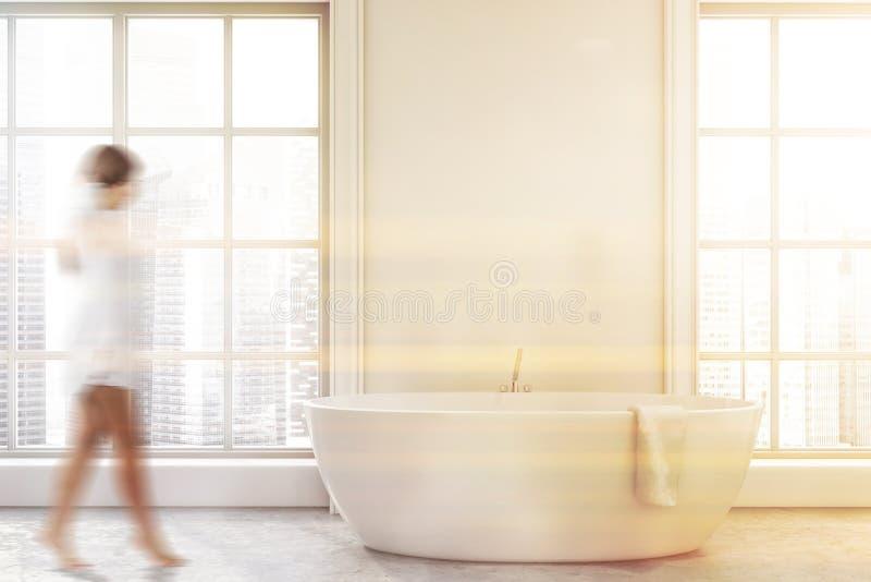 Mujer en interior blanco minimalistic del cuarto de baño fotos de archivo
