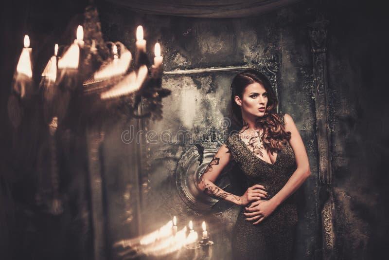 Mujer en interior fantasmagórico fotos de archivo