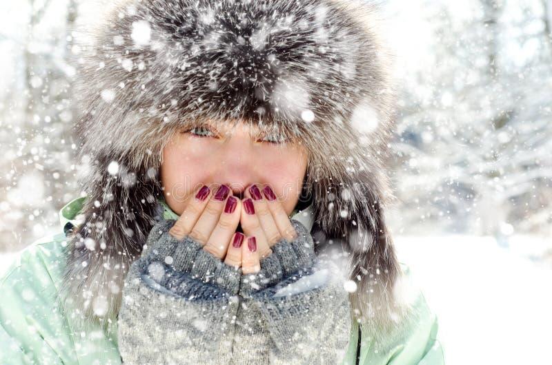 Mujer en invierno foto de archivo libre de regalías