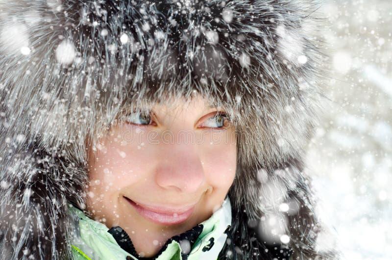 Mujer en invierno imagen de archivo