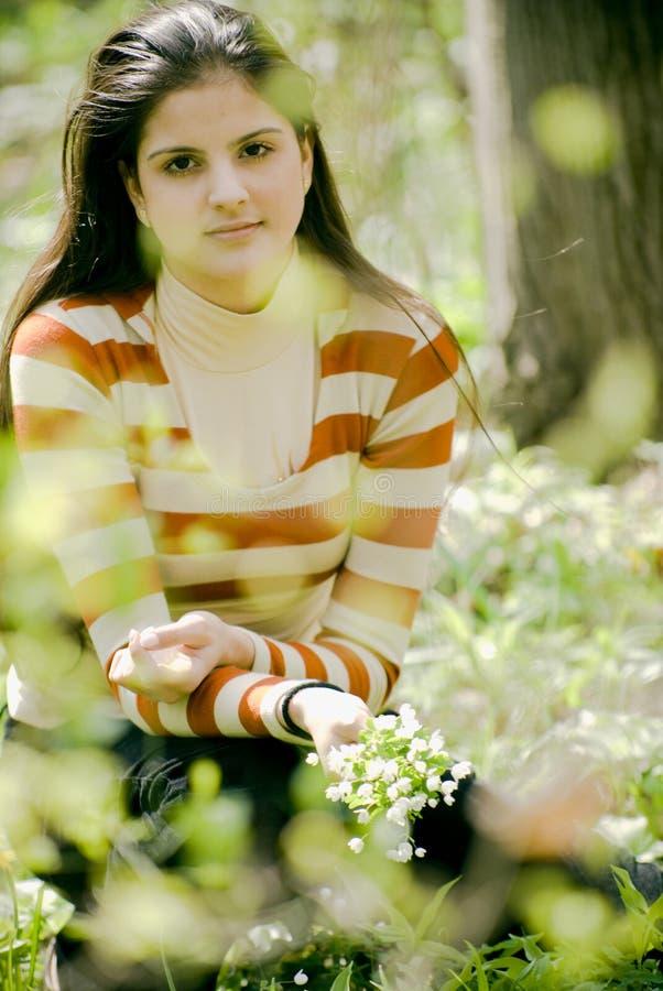 Mujer en jardín imagen de archivo