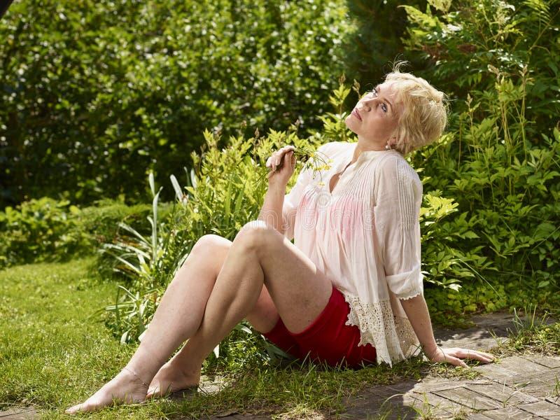 Mujer en jardín foto de archivo libre de regalías