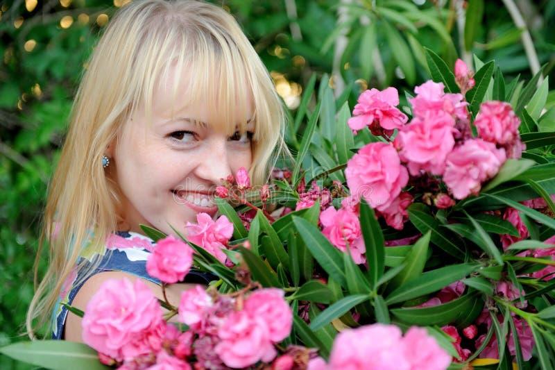 Mujer en jardín con las rosas fotos de archivo