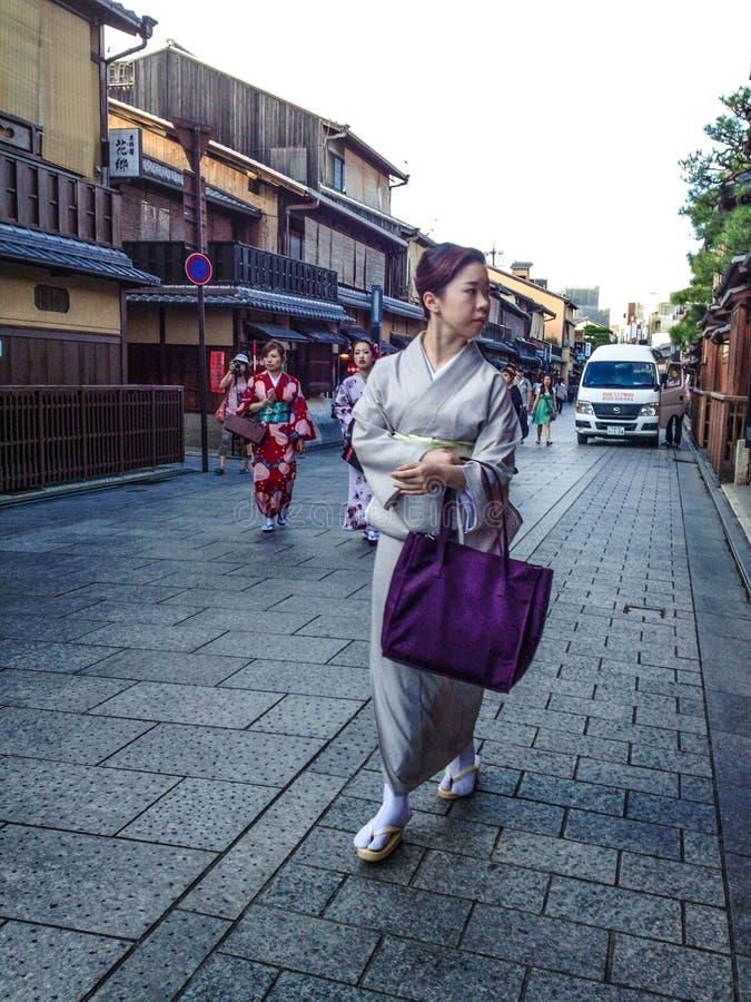 Mujer en kimono imagenes de archivo