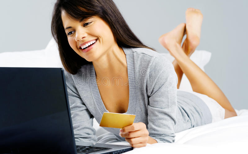 Mujer en línea de las compras foto de archivo libre de regalías