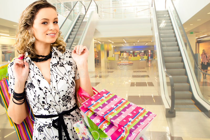 Mujer en la alameda de compras foto de archivo